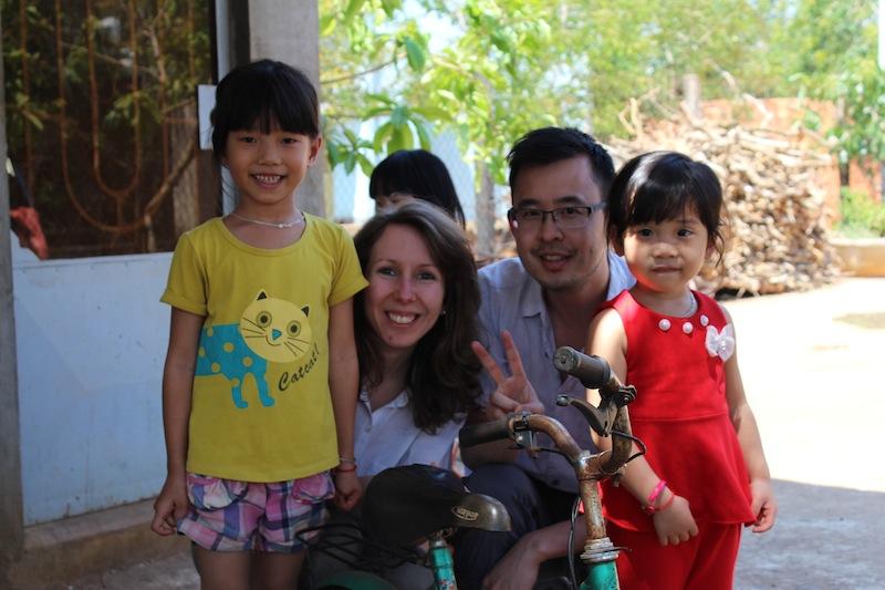 L'équipe de La Maison du Vietnam: Maud et Donatien, en compagnie d'enfants de petits producteurs de café à Buôn Ma Thuột