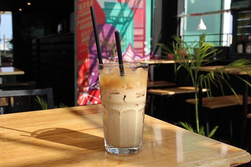 Le café glacé vietnamien cà phè sữa đá